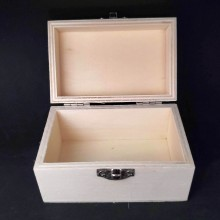 קופסת עץ קטנה עם מכסה מחובר וסוגר מתכת