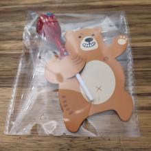 דב מחזיק סוכרייה
